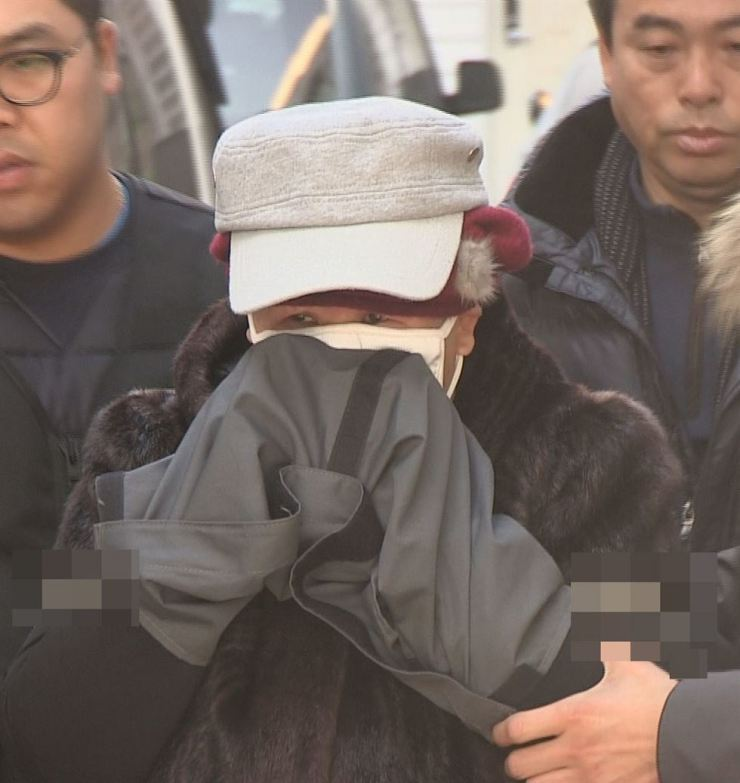 The accused woman, surnamed Lee, 55, arrives at the Seongnam branch of Suwon District Court for an assessment of the arrest warrant's validity. / Yonhap
