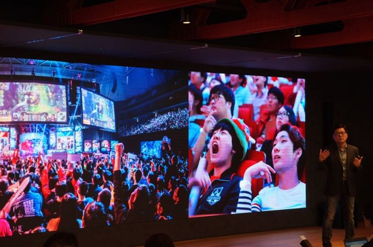 Riot Games Korea President Lee Seung-hyun announces a plan to build an e-sports stadium dedicated to the company's online game 'League of Legends' during a press conference at the Parnas Tower in Samseong-dong, Seoul, on Nov. 13. / Courtesy of Riot Games