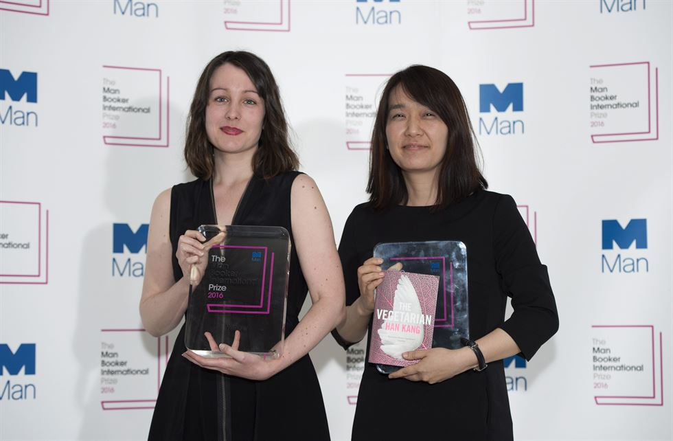 Korean author Han Kang with her book 'The Vegetarian' at a photo call in London on May 15, 2016. / AP-Yonhap