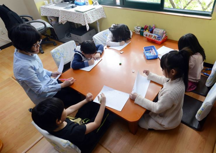 Students attend after-school classes at Seoul Geumho Elementary School. / Korea Times file