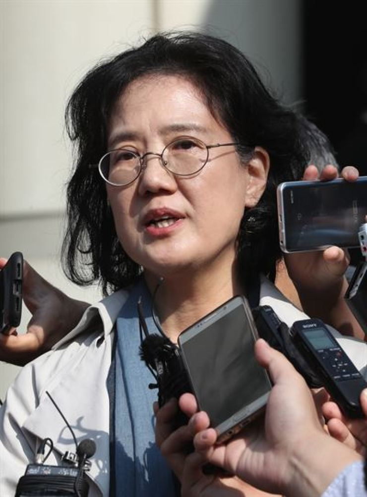Park Yu-ha, a professor at Sejong University and the author of 'Comfort Women of the Empire,' answers questions from reporters in front of the Seoul High Court in eastern Seoul after the court ruled against her in this Oct. 27 file photo. / Korea Times file