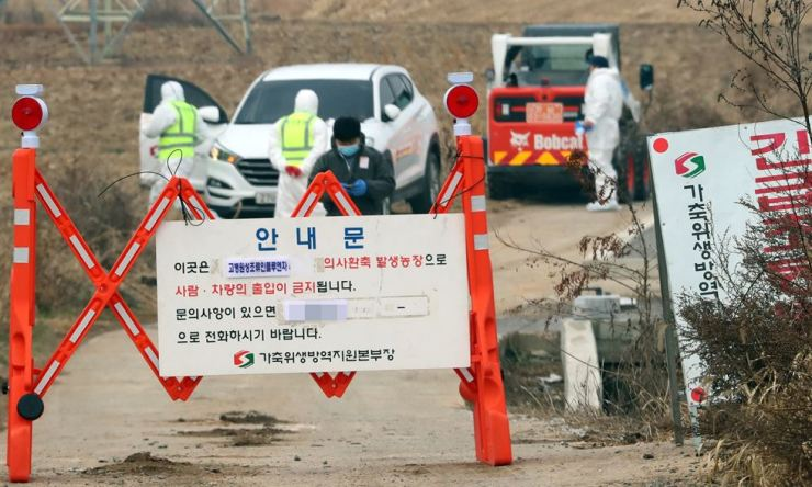 Authorities block entry to a duck farm in Naju, South Jeolla Province, Friday, after the H5 avian influenza virus was detected there. The strain was confirmed as the highly pathogenic H5N6 strain the following day. / Yonhap
