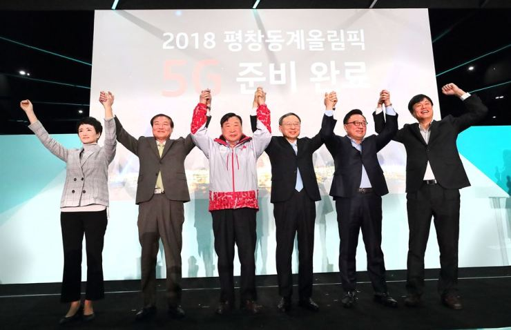 KT Chairman Hwang Chang-gyu, third from right, poses with Samsung Electronics' mobile business chief Koh Dong-jin, second from right, and Lee Hee-beom, third from left, the chief of the PyeongChang Organizing Committee, during a ceremony to unveil the telecom company's 5G exhibition hall at Gangneung Olympic Park, Wednesday. At left is Intel Korea President Kwon Myung-sook. / Courtesy of KT
