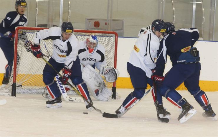 Ice hockey players practice for the Olympics at a stadium in Jincheon, North Chungcheong Province on Jan. 22. / Yonhap