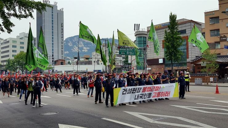 About 8,000 thousands protesters scream, 'Hire Koreans,' at Gwanghwamun Square in central Seoul last year. / Korea Times photo by Jung Min-ho
