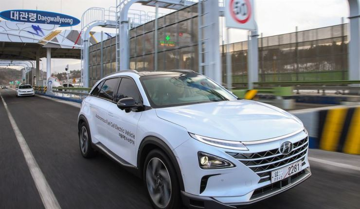 Hyundai Motor's autonomous fuel-cell electric vehicle passes through a tollgate, during a 190-kilometer test drive from Seoul to PyeongChang, Gangwon Province, in this Feb. 4 file photo. / Courtesy of Hyundai Motor