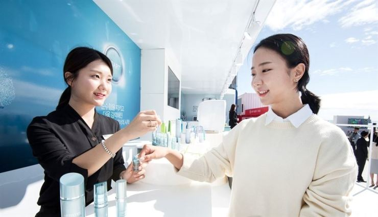 A customer tries a new product by a cosmetics manufacturer in Seoul. / Yonhap