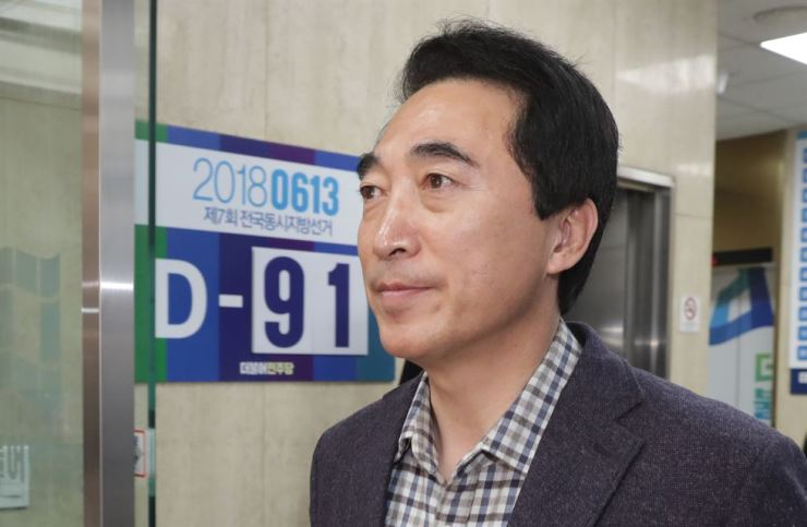 Former presidential spokesman Park Soo-hyun leaves the Democratic Party of Korea headquarters, Wednesday, after explaining his affair allegation to the party leadership. / Yonhap