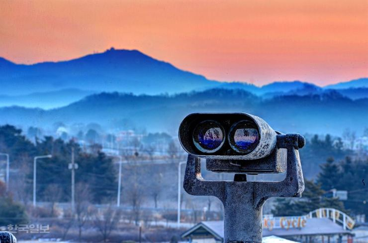 A telescope placed at Imjingak Observatory in Paju, Gyeonggi Province, offers a way for South Koreans with long-lost relatives in the North to view the North Korean side. / Korea Times file