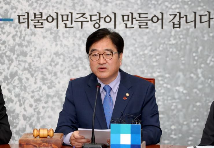 Woo Won-shik, floor leader of the Democratic Party of Korea, speaks at the party meeting Wednesday. / Yonhap