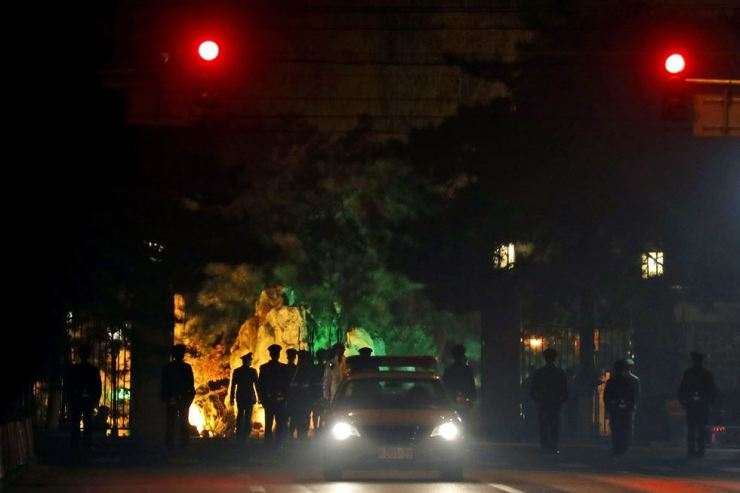 A military honor guard is seen marching away after a convoy of vehicles enter the Diaoyutai State Guesthouse where top North Korean leaders have been known to stay on previous trips to Beijing, China, Monday. / AP-Yonhap