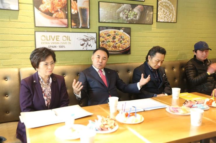 Genesis BBQ Chairman Yoon Hong-geun, second from left, speaks during a meeting with franchisees in Gunsan, North Jeolla Province, last week. / Courtesy of Genesis BBQ