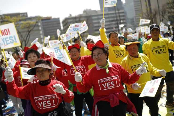 Farmers from across South Korea gathered in front of the Government Complex in Seoul to join the demonstration that employed flash mob dances and singing. / Korea Times photo by Shim Hyun-chul