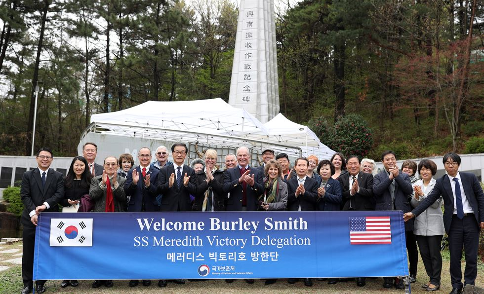 Burley Smith, 89, gives his thoughts on South Korea at the Historic Park of Geoje POW Camp, Friday. / Yonhap
