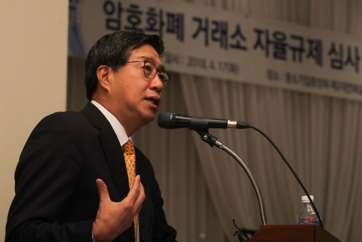 Korea Blockchain Association executive Jeon Ha-jin unveils rules aimed at improving cryptocurrency market transparency. The announcement was made at the Korea Federation of SMEs in Seoul, Tuesday. / Yonhap
