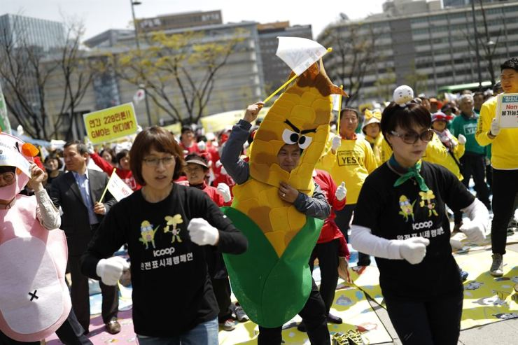 Costume-wearing activists, farmers and consumers livened up Tuesday's demonstration with music and dancing. / Korea Times photo by Shim Hyun-chul