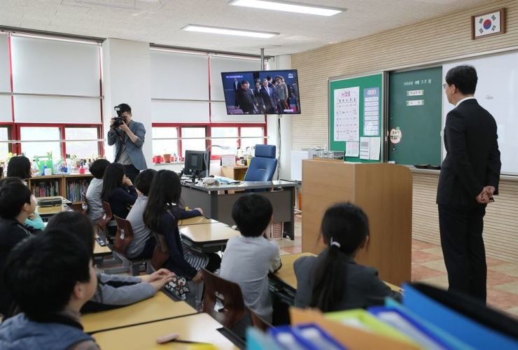 Students of Deoksoo Elementary School watch the inter-Korean summit in class in Seoul, Friday. / Yonahp