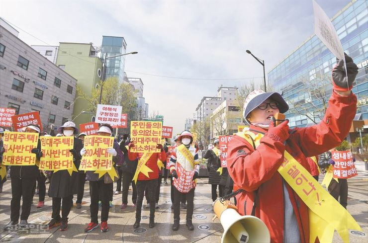 Residents of Seongnae-dong in Gangdong-gu, southeastern Seoul, protest the city's plan to build a public rental apartment for young people in their neighborhood, at a rally held at the district office last Monday. / Korea Times photo by Seo Jae-hoon