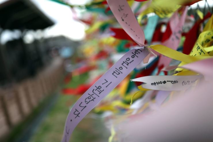 One of myriad ribbons fluttering inside Imjingak Observatory in Paju, Gyeonggi Province, next to the North Korean province of Gaepoong. With three days until the inter-Korean summit on April 27, a visitor's message reads: 'Hope for unification.' / Korea Times photo by Shim Hyun-chul
