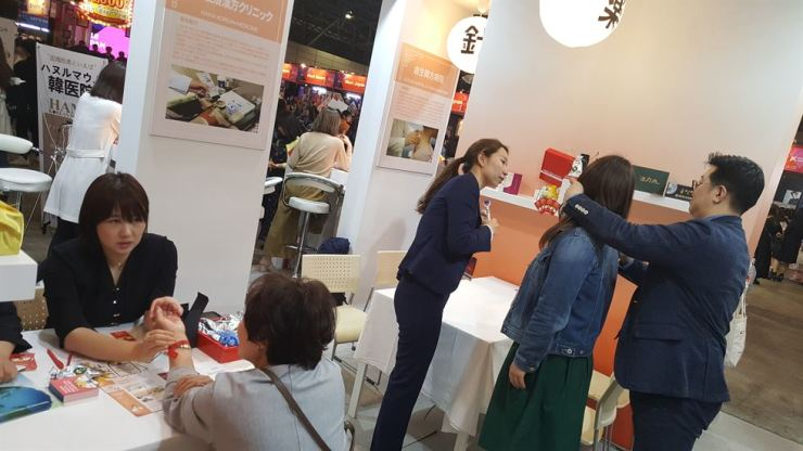 Visitors to KCON Japan 2018 check out the Korean traditional promotion booth. / Courtesy of the Korea Health Industry Development Institute (KHIDI)