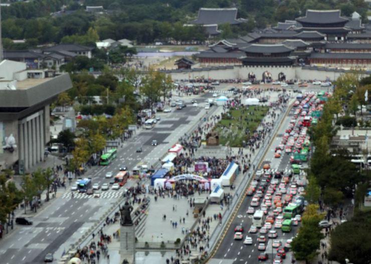 A traffic jam in Gwanghwamun, central Seoul, on Oct. 5, 2017. / Yonhap