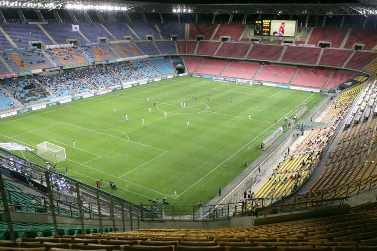 Only a handful of spectators attended a 2006 K-League match between Ulsan Hyundai and Jeonbuk Hyundai Motors at Munsu Football Stadium in Ulsan. / Korea Times file