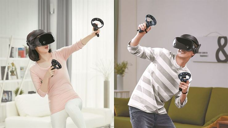 Models try out games using Samsung HMD Odyssey, a headset that supports virtual reality and augmented reality, in this file photo. Korea Times file