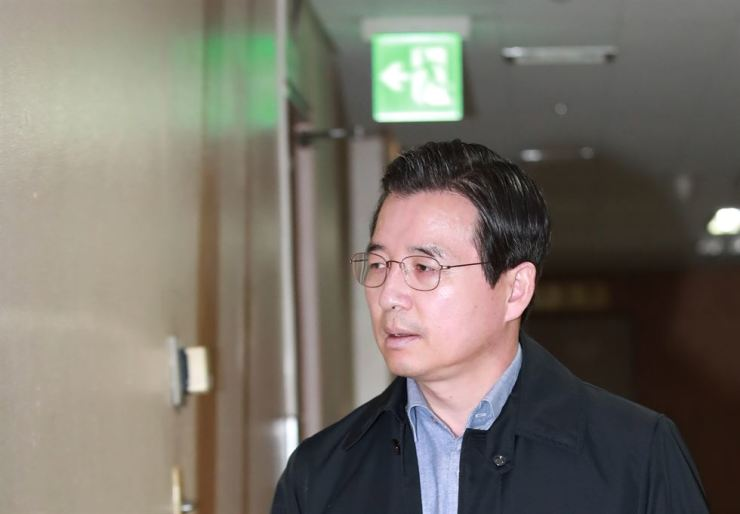 Financial Services Commission (FSC) Vice Chairman Kim Yong-beom arrives at the agency's headquarters in downtown Seoul, last week, to discuss an alleged accounting fraud case involving Samsung Biologics with FSC officials. Yonhap