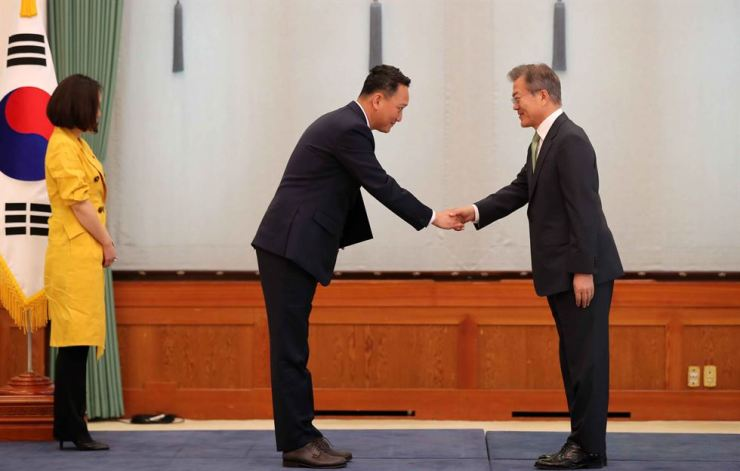 President Moon Jae-in, right, shakes hands with newly appointed Ambassador to Vietnam Kim Do-hyun at Cheong Wa Dae last week.