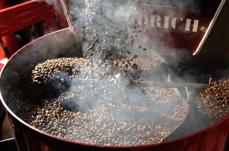 Roasted coffee, containing acrylamide that possibly causes a cancer, is causing concern among Koreans, who drink a large amount of coffee compared to people in other countries. Korea Times photo by Choi Won-suk