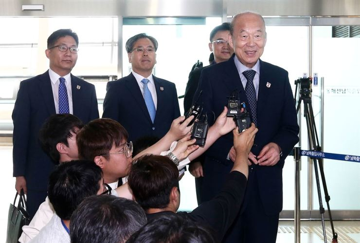 The South Korean delegation speaks to reporters before heading to Mount Kumgang in North Korea for a Red Cross meeting, Friday. / Yonap