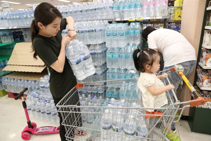 A customer is buying packs of bottled water at a discount store in Daegu, Friday. Discount stores and convenience stores are enjoying brisk sales of bottled water, after harmful chemicals have been found in the region's tap water. Yonhap