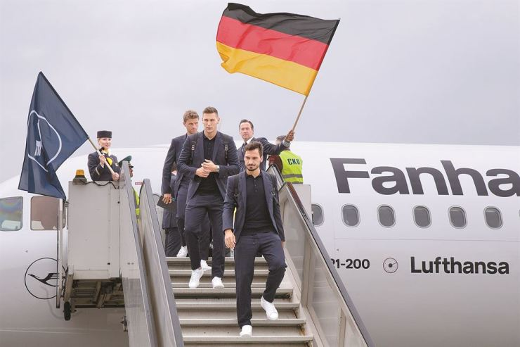 Germany national soccer team leave the plane upon their landing at the Vnukovo international airport, outside Moscow, Russia, Tuesday. The 21st World Cup begins on Thursday, when host Russia takes on Saudi Arabia. / AP-Yonhap