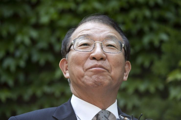 Former Supreme Court Chief Justice Yang Sung-tae is questioned by reporters over allegations against him of abuse of judicial power, Friday. Korea Times photo by Shim Hyun-chul