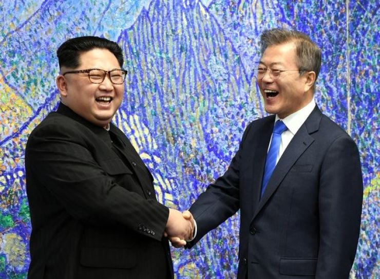 South Korean President Moon Jae-in and North Korean leader Kim Jong-un / Korea Press Pool