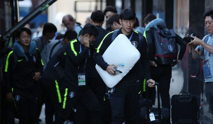 South Korean striker Son Heung-min, right, and other national team players enter the lobby of their hotel near the Nizhny Novgorod Stadium in Russia, Sunday, a day before they face Sweden at the 2018 Russian World Cup Group F game on Monday. / Yonhap