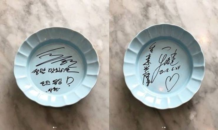 The Seoul restaurant where Choo and her husband dined together made memorabilia of the dishes they ate from, with the autographs of Choo Ja-hyun, left, and Yu Xiaoguang. Captured from the Instagram of OpenTable