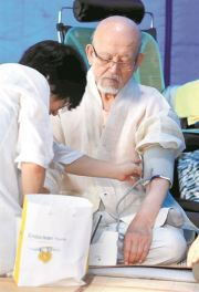 Under the monster heat wave that has gripped the nation for weeks, Venerable Seoljo has gone on a hunger strike. / Yonhap