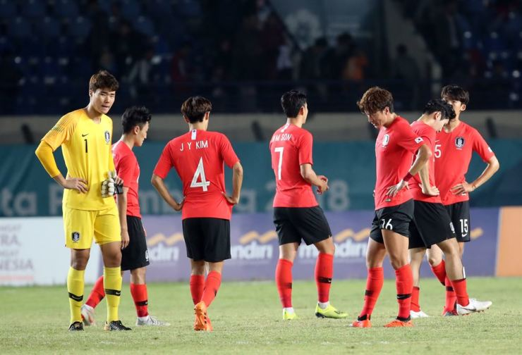 South Korea's U-23 football team players react after a shocking 2-1 loss to Malaysia in a men's football match at the 18th Asian Games at Si Jalak Harupat Stadium in Bandung, Indonesia, on Aug. 17, 2018. Yonhap