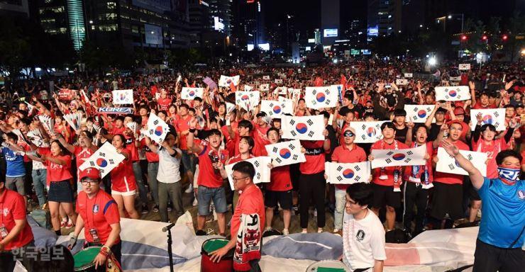 Korean football fans cheer for their World Cup team against Sweden at Gwanghwamun Square in Seoul, June 18 / Korea Times