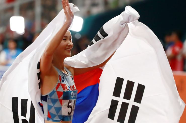 South Korea's Jung Hye-lim celebrates after winning gold at the final of the women's 100-meter hurdles during the 2018 Asian Games in Jakarta on Sunday. / Yonhap
