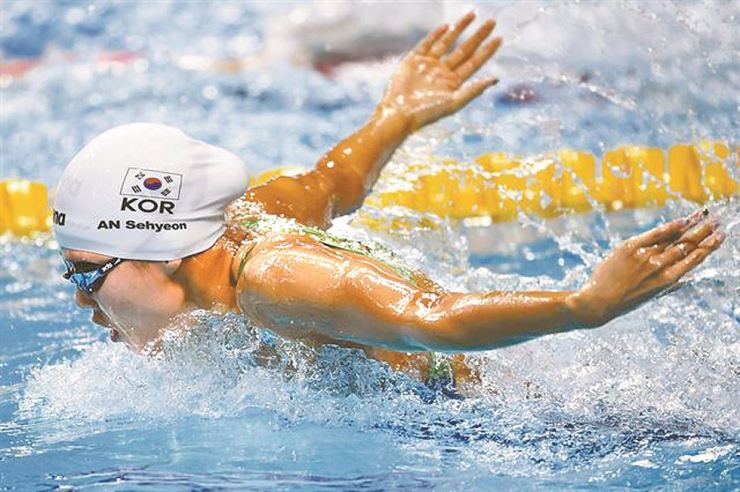 An Se-hyeon competes in the women's 100-meter butterfly at the FINA World Aquatics Championships at the Danube Arena in Budapest, Hungary in July 2017. She finished fifth. Korea Times file