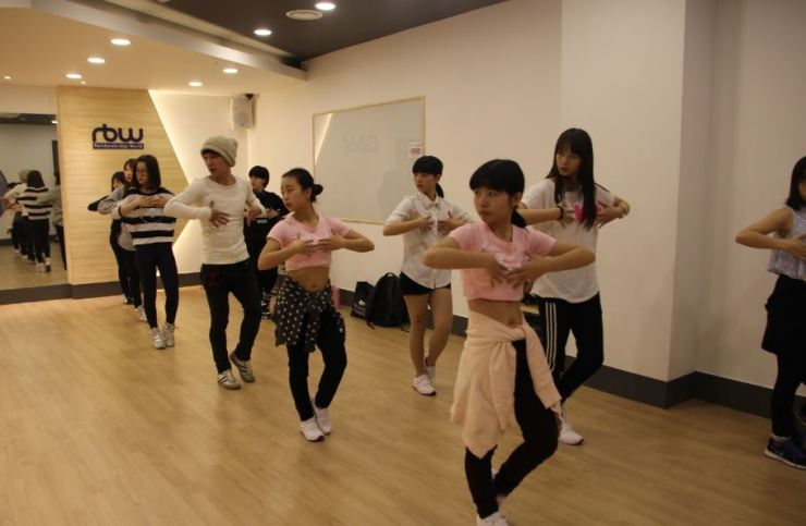 Foreigners in K-pop training. Capture from RBW website