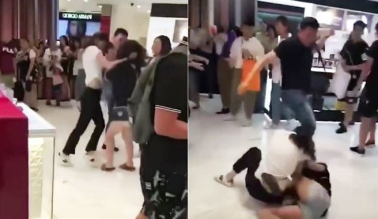 Two Chinese women clash at Lotte Duty Free department store in Myeong-dong, Jongno-gu, Seoul, on Aug. 15.