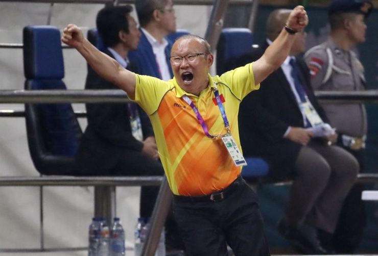 Park Hang-seo, the South Korean head coach for Vietnam's U-23 national football team, celebrates his team's first goal during a match against Syria in the men's football quarterfinal at the 2018 Asian Games in Indonesia, Monday. / Yonhap