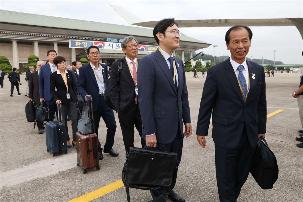 LG Chairman Koo Kwang-mo, right, and SK Chairman Chey Tae-won are among President Moon Jae-in's entourage in Pyongyang. Yonhap