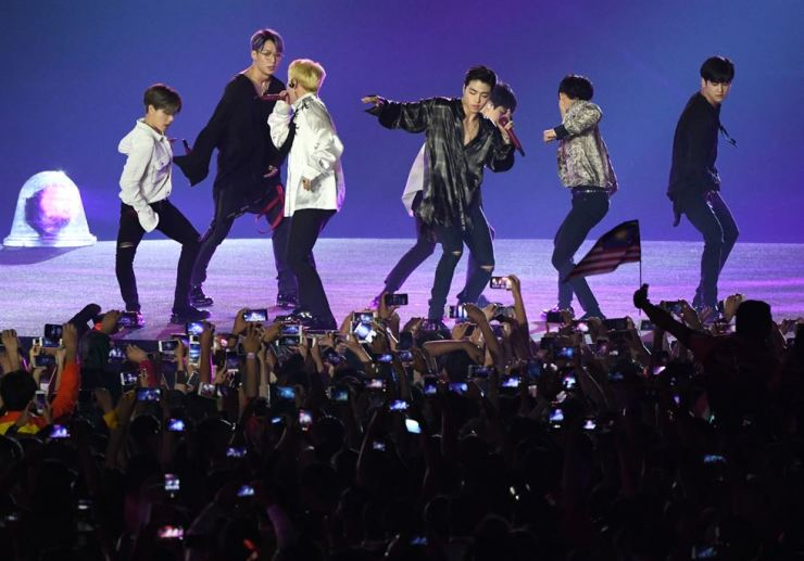 South Korean pop group 'iKON' The Closing Ceremony of 2018 Asian Games at Gelora Bung Karno Sports Complex in Jakarta, Indonesia. / Yonhap