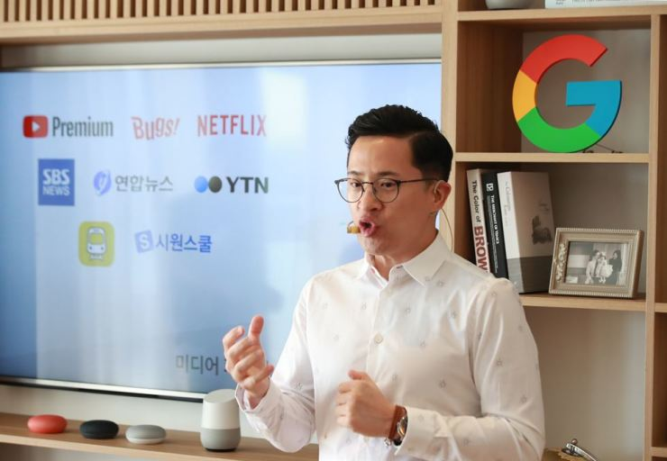 Mickey Kim, director for product planning and partnerships for Google's Asia-Pacific region, introduces its AI speakers Google Home and Google Home Mini during a press conference in Seoul, Tuesday. / Yonhap