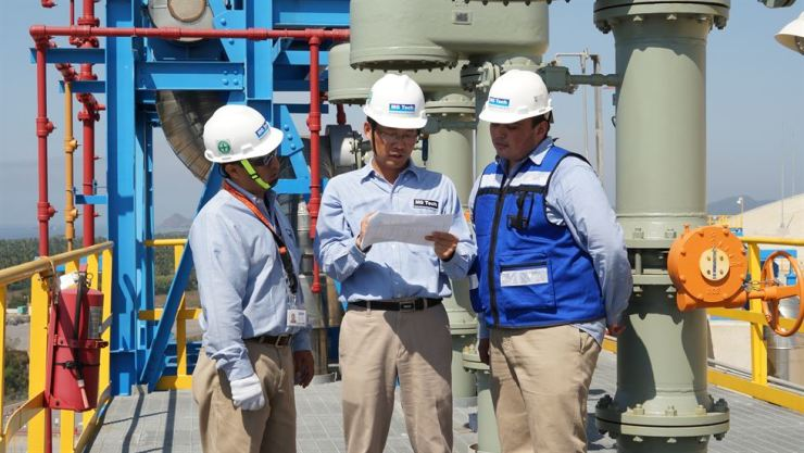 Employees at the Manzanillo liquefied natural gas (LNG) Terminal in Mexico look at documents in this file photo. The LNG terminal was invested in by Korea Gas Corp. / Courtesy of KOGAS