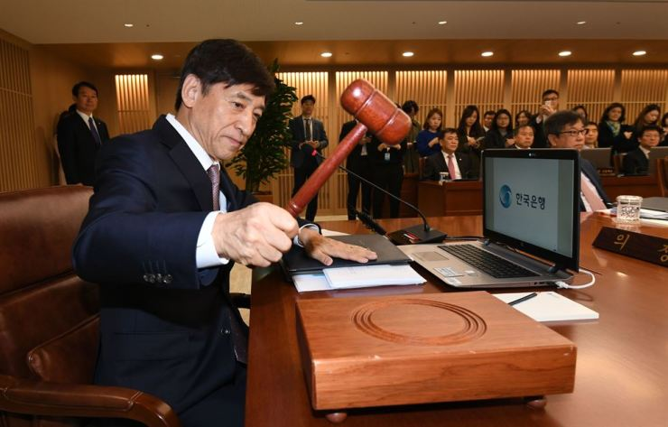 Bank of Korea Governor Lee Ju-yeol officiates a monetary policy board meeting at Korea's central bank in Jung-gu, Seoul, Oct. 18. Yonhap